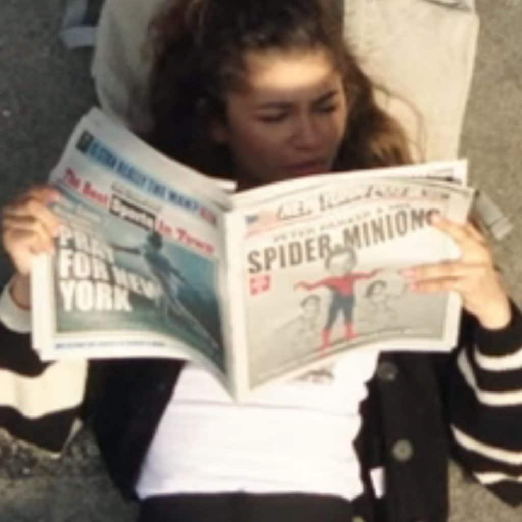 Peter Parker e MJ deitados juntos no telhado