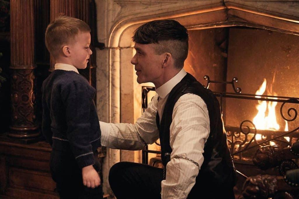 Thomas Shelby e seu filho em Peaky Blinders da Netflix